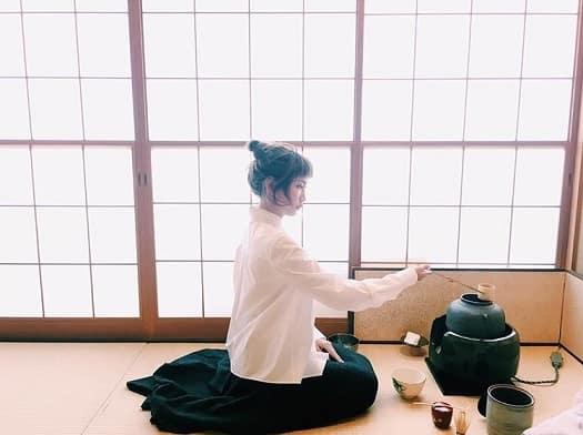 茶道をする紗栄子