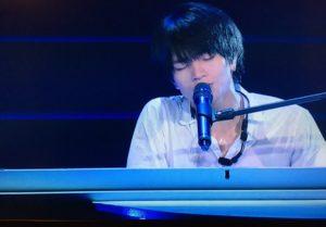 ピアノを弾くsexyzoneの中島健人