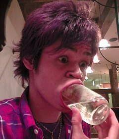 俳優で声優の宮野真守のコップの変顔の顔芸画像
